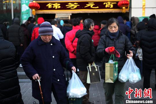 北京的老字号元宵销售点挤满了前来购买元宵的消费者。 发 张锐超 摄