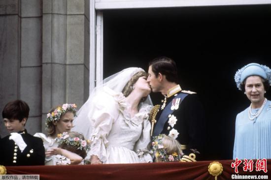 资料图:查尔斯王子在英国圣保罗大教堂迎娶他的新娘――新威尔士公主戴安娜。