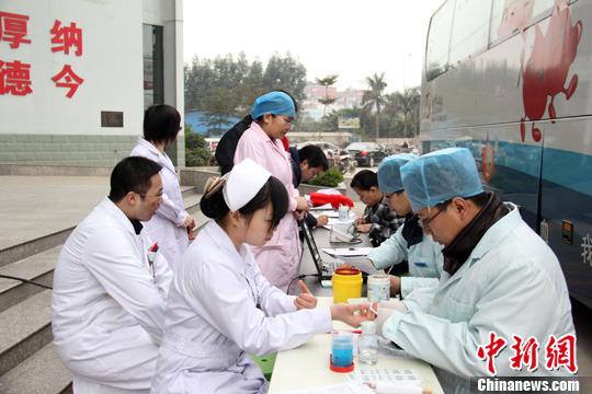 资料图:医护人员在进行无偿献血。 <a target='_blank' href='http://www.jwyiqi.com/'>中新社</a>发 史贝贝 摄