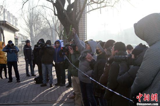"""中国足坛反赌扫黑案,继""""四大名哨""""等人16日在辽宁省丹东市被宣判后,2月18日,另一批涉案人员及单位在铁岭领刑。此次宣判包括原足协官员杨一民、张建强及球员、俱乐部管理者等39人。图为铁岭中法门前聚集大批媒体记者前来采访。<a target='_blank' href='http://melvont.com/'>中新社</a>发 于海洋 摄"""