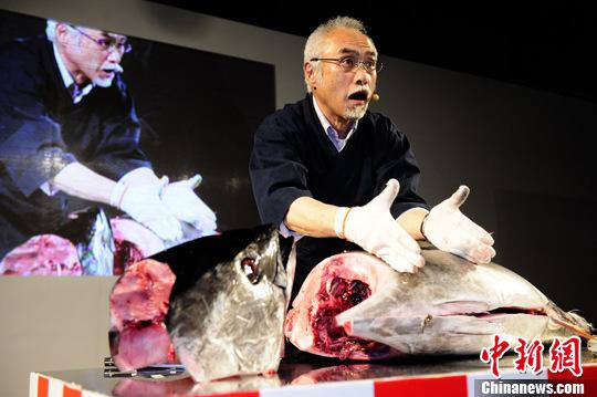 资料图:日本料理店的大厨上杉先生表演解剖蓝鳍金枪鱼。<a target='_blank' href='http://www.chinanews.com/'>中新社</a>记者 侯宇 摄
