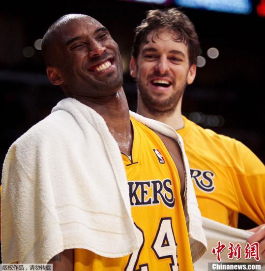 2月21日,NBA常规赛中,湖人主场103-92战胜开拓者队。这是休息时的科比(左)和加索尔相聊甚欢。