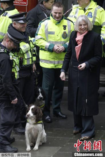 资料图:英国内政大臣特蕾莎・梅(右)。