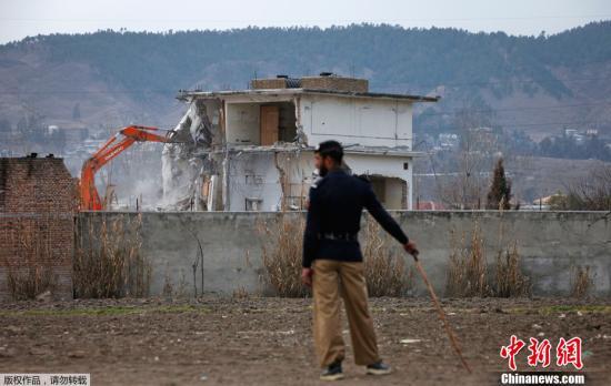 """巴基斯坦当局2012年动用推土机,拆除位于阿伯塔巴德市的""""基地""""组织前领导人本?拉登生前最后的藏身住所。"""