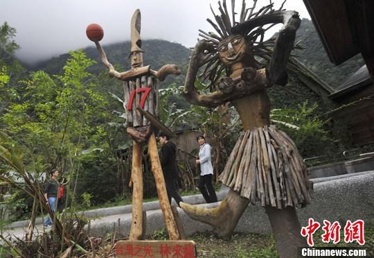 一尊太鲁阁版的全美篮球名将林书豪的塑像,竖立在台湾花莲县太鲁阁国家公园立德布洛湾山月村的大堂前。中新社记者 贾国荣 摄