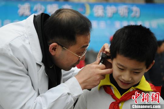 资料图:医生为小学生检查听力。发 陈超 摄