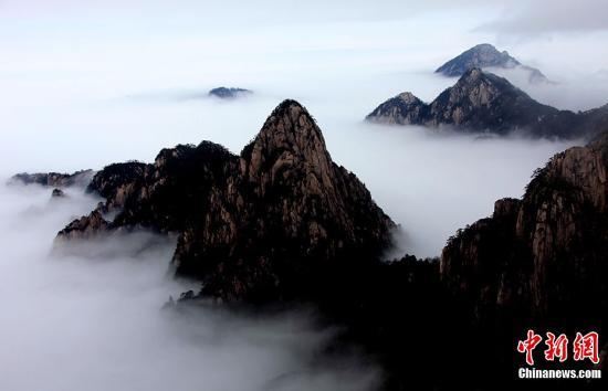 3月20日,在安徽黄山风景区拍摄的雨后放晴的云海景观。当日,安徽黄山风景区久雨后放晴,出现了壮观的云海景观。中新社发 方也广德 摄 图片来源:CNSPHOTO