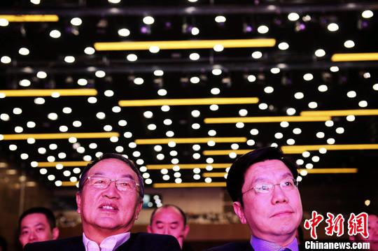 """3月22日,联想控股集团公司董事局主席柳传志(左)与""""创新工场""""董事长兼CEO李开复共同在北京出席一个科技开发者大会。中新社记者 侯宇 摄"""