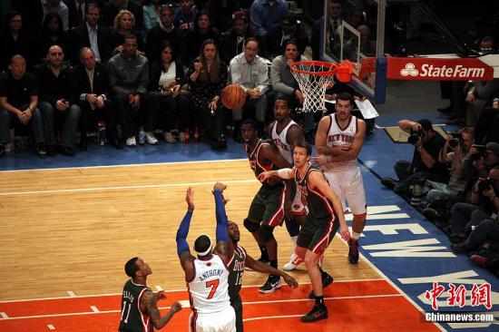 尼克斯沒能在一個充滿希望的夏天收獲了慢慢的失望。(資料圖:圖為NBA常規賽紐約尼克斯主場迎戰密爾沃基雄鹿隊)。<a target='_blank' href='http://www.okfdzs23.com/'>中新社</a>記者 孫宇挺 攝