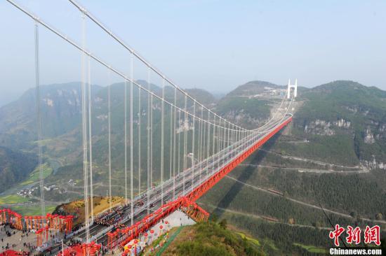 世界跨峡谷跨径最大的钢桁梁悬索桥�D�D湖南矮寨大桥 资料图。发 杨华峰 摄