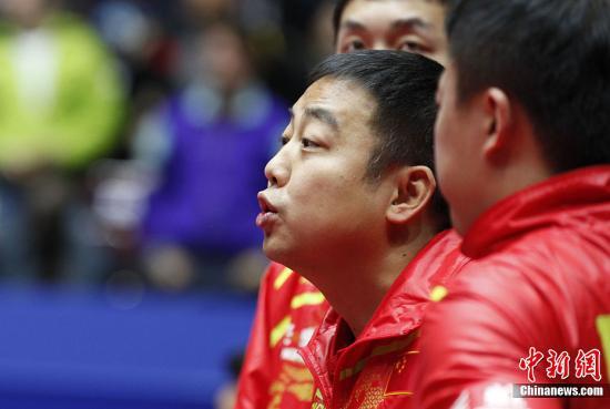 图为中国队主教练刘国梁在比赛中指导球员。<a target='_blank' href='http://www.chinanews.com/'>中新社</a>发 沈晨 摄