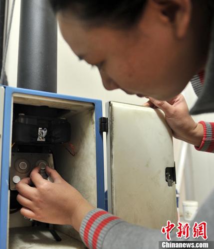 资料图:工作人员正在操作PM2.5采样仪器。中新社发 翟羽佳 摄