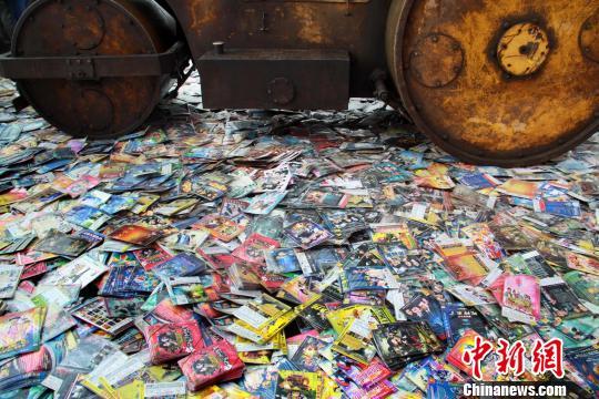 """4月24日,山西太原""""扫黄打非办""""集中销毁侵权盗版及非法出版物。韦亮 摄"""