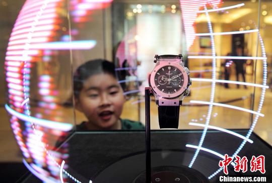 5月7日,用激光投影展示的手表吸引了观众的目光。<a target='_blank' href='http://bengzhang.cn/'>中新社</a>发 泱波 摄