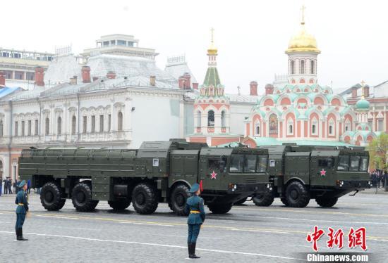 当地时间5月9日上午10时左右北京时间9日14时左右,俄罗斯莫斯科红场举行胜利日大阅兵,俄新任总统普京检阅部队并发表讲话。图为伊斯坎德尔战术导弹系统通过红场。图片来源:CFP视觉中国