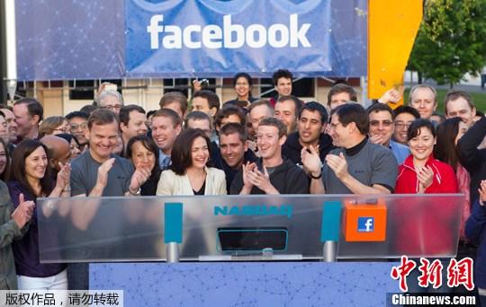 2012年5月18日,扎克伯格在加州的Facebook总部远程敲响了开市钟。