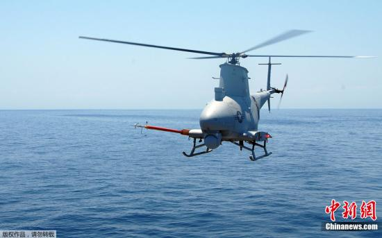 """MQ-8B是RQ-8A的改型,编号第一个字母由R改为M表示不仅可承担侦察任务,还具有多用途性。MQ-8B采用四桨叶主旋翼,改进了动力传动系统,增大了有效载荷和续航能力,最大航时超过8小时。按计划,该机将由美国海军的濒海战斗舰(LCS)搭载,在2008年底形成初始作战能力。图为2009年5月8日,MQ-8B""""火力侦察兵""""在大西洋上空飞行。"""