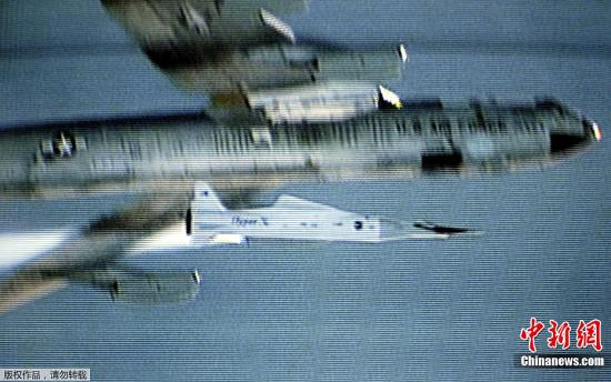 X-43A是一架无人驾驶的飞行器,状似一个滑板,长约3.6米。X-43A使用独特的超音速冲压发动机(Supersonic Combustion Ramjet,简称为Scramjet)作为动力,这种动力系统属于内燃机的一种,与传统高速飞行时所使用的火箭引擎不同,是从大气中吸入空气燃烧。图为美国B-52B飞机正在发射试飞中的X-43A高超音速无人机。