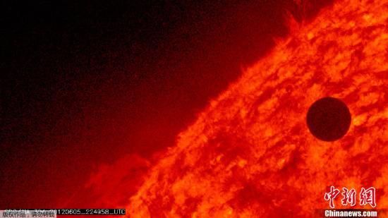 """金星凌日天象于6月6日上午""""登台""""全球天幕。这次金星凌日可谓""""世纪天象"""",比日食更罕见,下一次出现在2117年12月11日,即105年后。图为NASA提供的金星凌日图像。"""