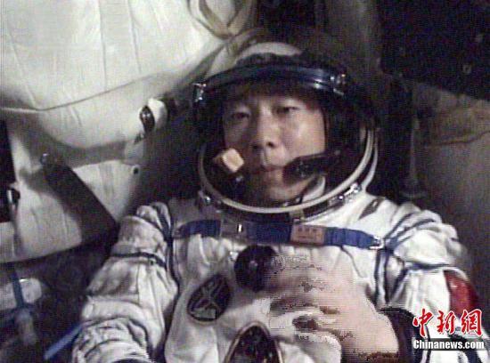 资料图:杨利伟在太空用餐。<a target='_blank' href='http://www.chinanews.com/'>中新社</a>发