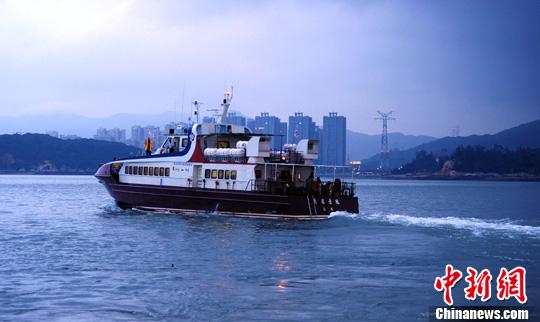 """6月17日晚,厦金""""小三通""""客运航线开通东渡厦金客运码头至金门水头码头双向夜航。中新社发 张丽君 摄"""