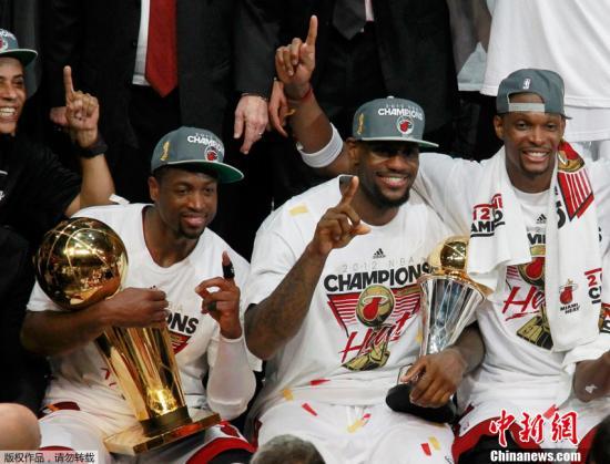 北京时间6月22日,热火主场以121-106击败雷霆,从而连下四城,以4-1夺取2012年NBA总冠军。勒布朗-詹姆斯平生第一次捧起总冠军奖杯,今天他打出三双,贡献26分、11个篮板和13次助攻,当之无愧地成为总决赛MVP。