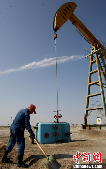 6月28日,采油工艾山依明正在克拉玛依油田八区平整井场。周建玲 摄