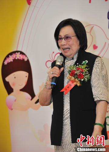 台湾首部以听障人士植入电子耳为主题的微电影——《1500个新声》7月1日在台北首播。已故海基会董事长辜振甫的遗孀、台湾妇女联合会会长辜严倬云出席首播仪式。/p中新社发 杜燕 摄