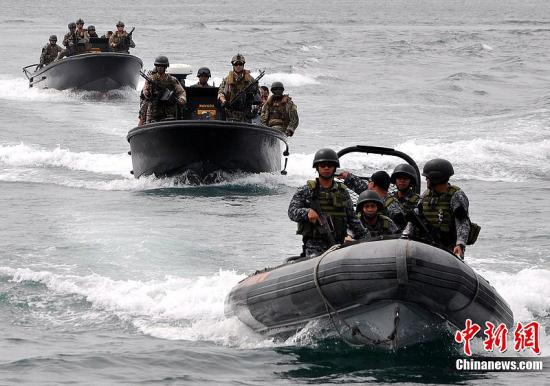 当地时间7月5日,菲律宾,美国海军及海岸警卫队与菲律宾海军及海岸警卫队进行巡逻艇战斗阵形军事演习,当地居民在桑托斯将军城湾乘船观看军演盛况。这次演习是菲律宾—美国合作的海上预备和训练计划CARAT的组成部分,旨在增强两国军队的合作技能。图片来源:CFP视觉中国