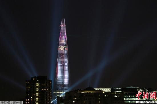 """资料图:伦敦""""碎片大厦""""打出镭射灯。"""