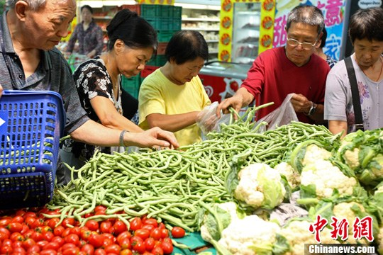 资料图:北京消费者在超市内选购蔬菜。<a target='_blank' href='http://www.chinanews.com/'>中新社</a>发 张浩 摄