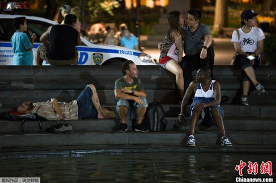 资料图片:美国纽约,人们在华盛顿广场纳凉。