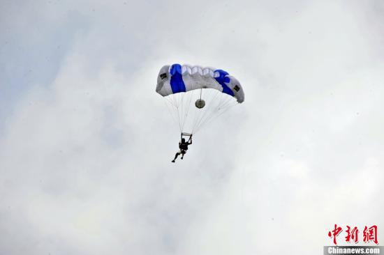 7月21日,2012中国·安顺坝陵河大桥跳伞国际挑战赛开赛,来自德国、美国等30名跳伞名将参赛,除3次获得世界锦标赛冠军,保持过8项低空跳伞的世界纪录的美国选手约翰·温克尔科特外,斯坦福桥女博士阿曼达·威查瑞利、曾担任007动作替身大卫·梅杰均参与本次比赛。/p中新社发 李桐 摄