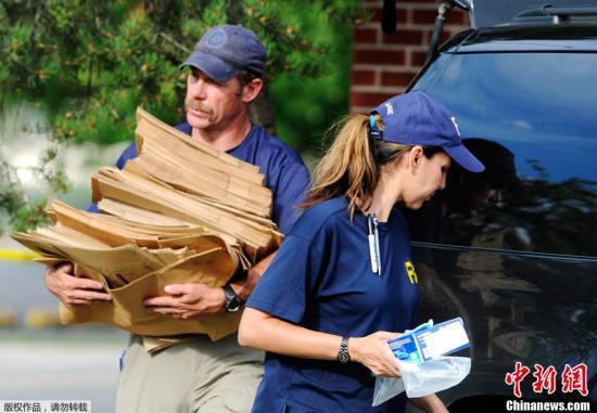 当地时间7月21日,美国科罗拉多州奥罗拉市,美国联邦调查局(FBI)特工进入枪击案嫌犯公寓中进行调查。