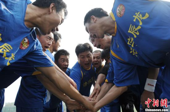资料图:业余球员赛前加油。<a target='_blank' href='http://www.chinanews.com/' >中新网</a>记者 李美多 摄