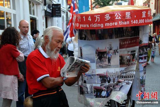 """资料图:被形容为""""奥运狂人""""的中国老汉陈冠明。记者 王健 摄"""