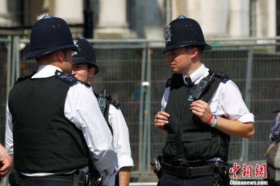 资料图:在街头执勤的英国警察。记者 富田 摄