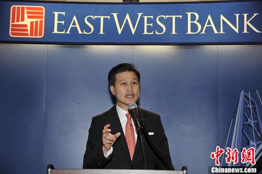当地时间7月25日,华美银行(East West Bank)董事长兼高级执行长吴建民在洛杉矶表示,外界传闻的中国工商银行收购华美银行之说纯属谣言。发 毛建军 摄