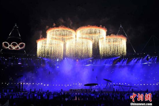 当地时间7月27日,2012年伦敦奥运会,开幕式隆重举行。图为现场表演。记者 张子扬 摄
