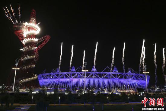 当地时间7月27日晚,伦敦奥运会开幕。图为开幕式上的焰火表演。记者 盛佳鹏 摄