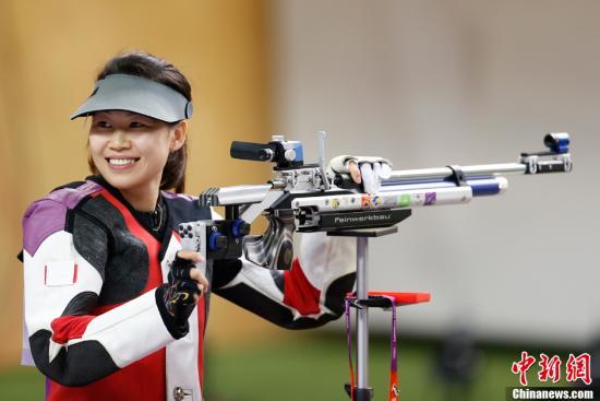 资料图:2012年7月28日,在伦敦奥运会女子10米气步枪决赛中,中国选手易思玲夺得本届奥运会首枚金牌。记者 盛佳鹏 摄