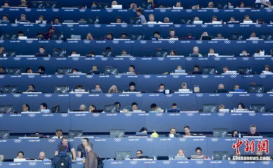 资料图:当地时间2012年7月30日,伦敦奥运游泳馆记者席座无虚席。记者 廖攀 摄