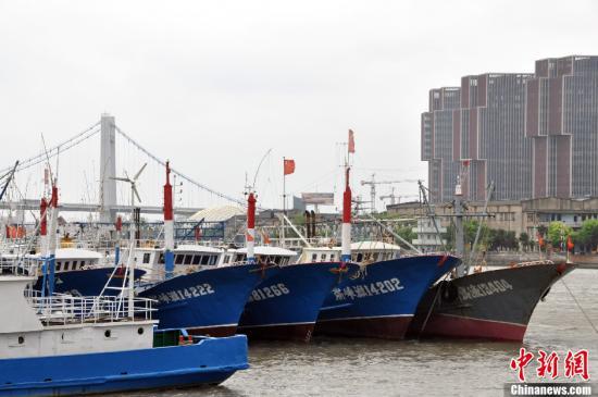 资料图:宁波市甬江上渔船 中新社发 徐小勇 摄