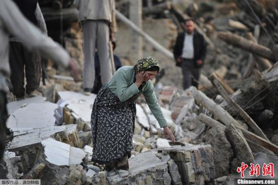 据外媒报道,伊朗卫生部长达斯特杰尔迪13日表示,截至目前,东阿塞拜疆省11日发生的地震已经造成306人死亡,3037人受伤。伊朗西北部东阿塞拜疆省11日连续发生两次6级以上地震,造成大量人员伤亡。图为当地时间8月12日,地震灾区一名妇女在废墟中。
