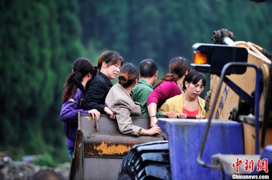 四川彭州银厂沟交通便道打通 800辆汽车将返家 高清图片