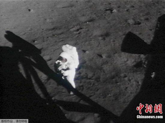 资料图:阿姆斯特朗在月球上。