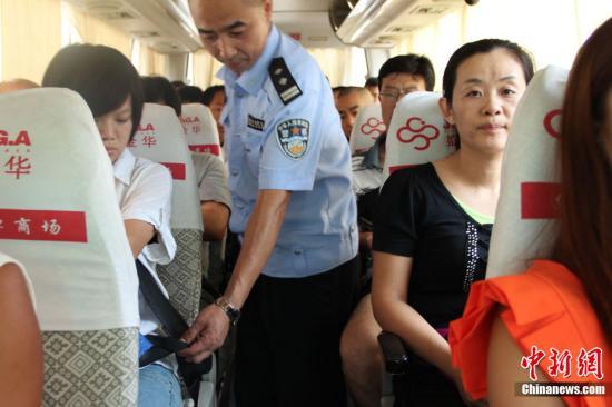 资料图:工作人员检查乘客的安全带。阿琳娜 摄