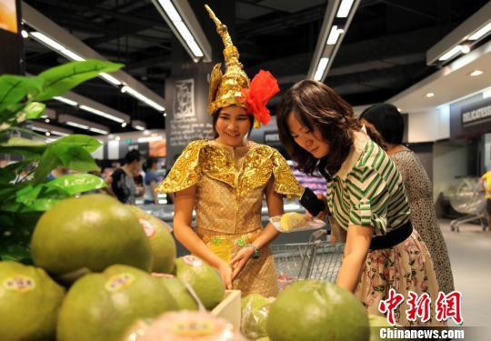 资料图:市民在购买泰国香柚。中新社发 黄艳梅 摄