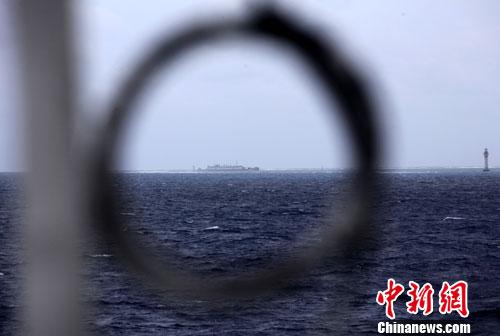 资料图:在科考船上远眺南沙永暑礁。<a target='_blank' href='http://www.chinanews.com/'>中新社</a>发 孙自法 摄