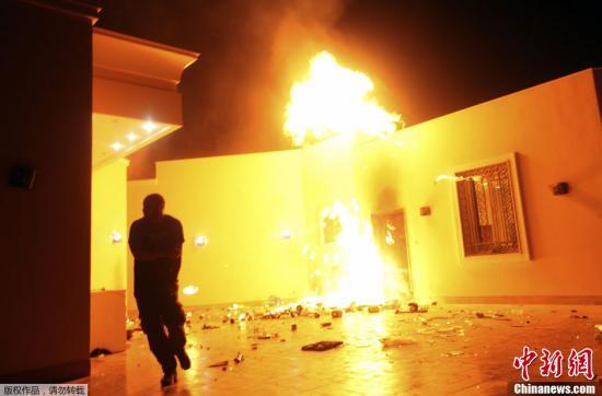 利比亚示威者冲进美国在利第二大城市班加西的领事馆内,将多处建筑点燃。
